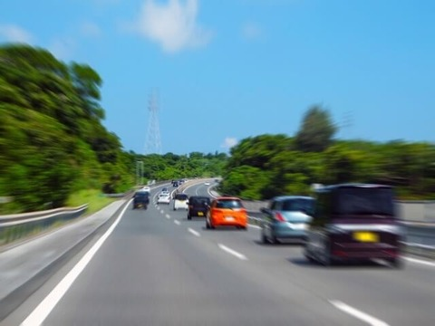 高速道路で右車線走り続ける