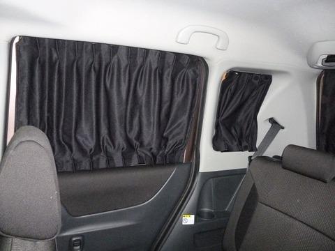 車の窓にカーテン敷いてる人って中で何してるんでつかwwwwww