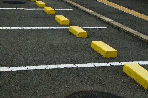 駐車場で寝ないでください