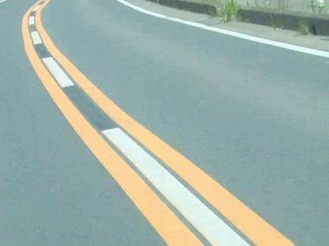 ワイ運転初心者黄色車線でトラックを追い越すwwwwwwww
