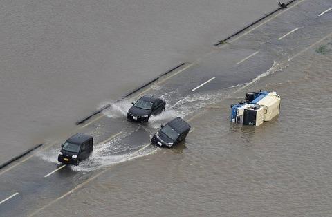 大雨で冠水した中を突っ切る車が壮観wwwwww