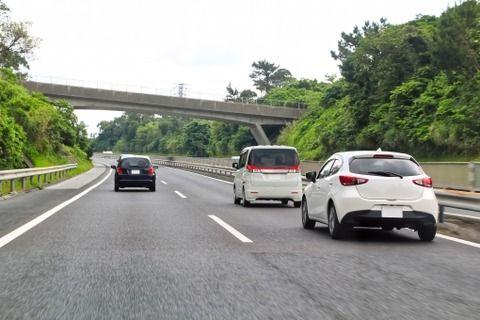 高速道路で右側車線にいると
