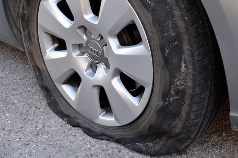 車のタイヤが完全にパンクした