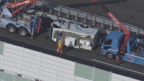 【東名】静岡放送の中継車横転…「強風にあおられ車がバランスを崩した」