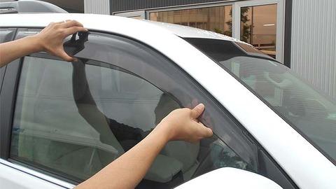 車の窓ガラスにバイザー