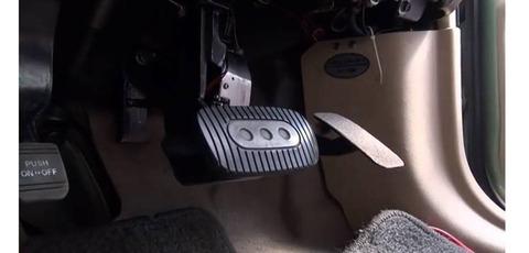ブレーキとアクセルの踏み間違い