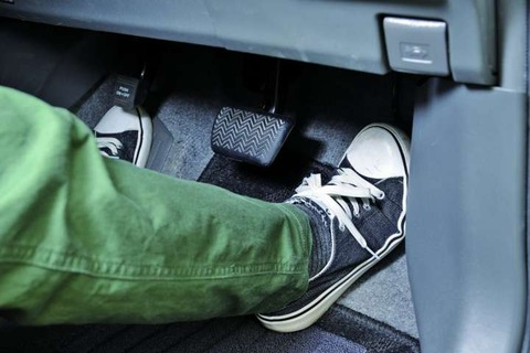 車のアクセル床まで踏んだ