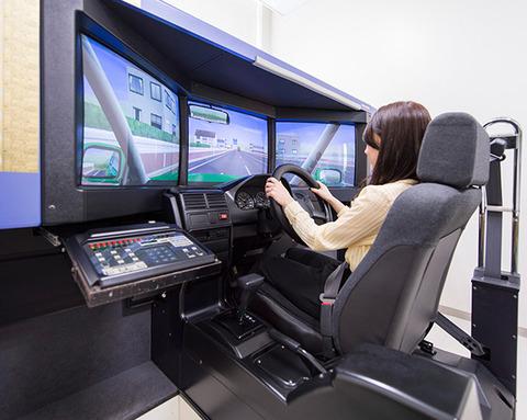 教習所の運転シミュレーター