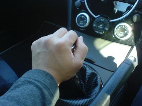 運転中俺「………………(シフトをRに入れたらどうなるんだろ)」シフトレバーナデナデ
