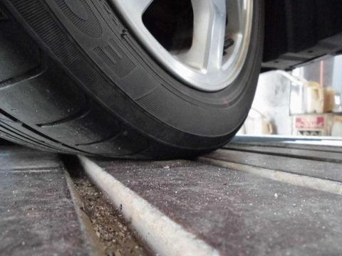 車の右前のタイヤが空気抜けてた