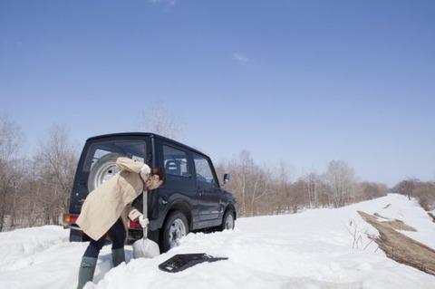 車が雪にはまって動けない