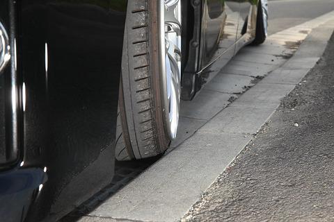 車の前タイヤを横から縁石に当て