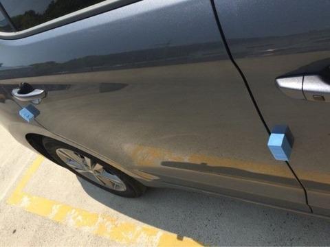 何で自動車のドアの縁に帯みたいなの付けるの日本で流行したんだろうな