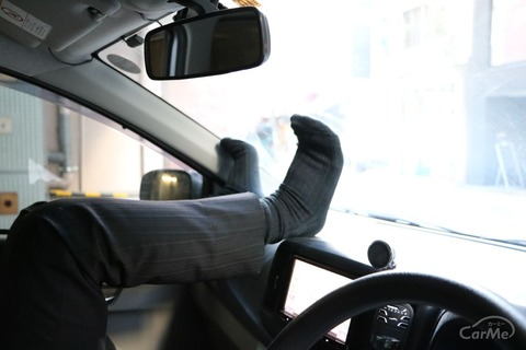 車を停車窓を開けて休憩