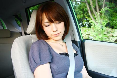 ドライブ中に寝る女