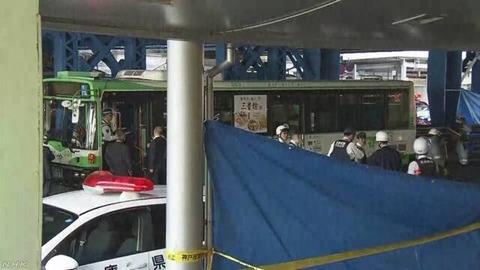神戸市営バス事故、運転手「ブレーキを踏みながら発進準備をしていたら、急発進した」