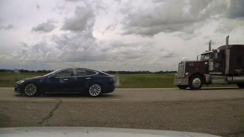 テスラ自動運転中にシート倒し昼寝、時速140キロ出し訴追【カナダ】