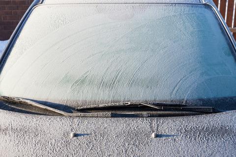 車のフロントガラスが凍ってたからお湯かけた