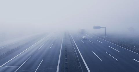 霧の中を車で走る