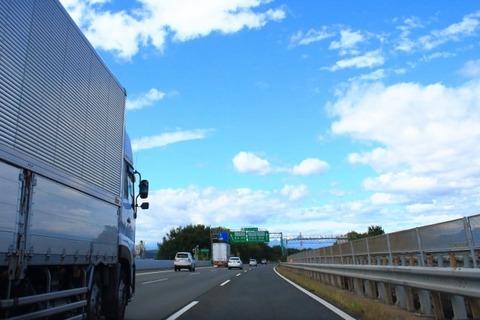 車で高速道路を長時間運転する