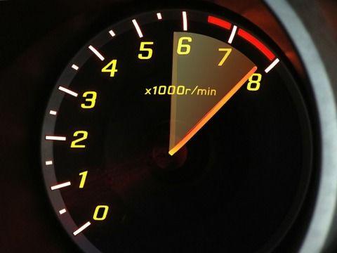 マニュアル車って何回転くらいでギア上げれば