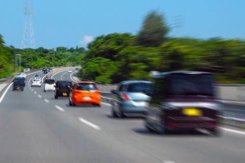 高速道路で右車線走ってる軽自動車