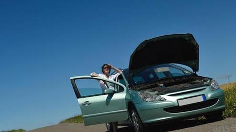 車のバッテリー上がったら助けを求める人いる?