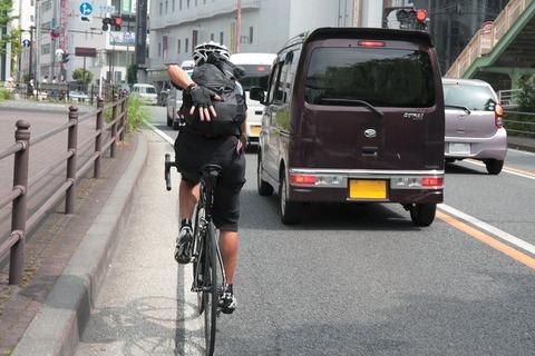 路側帯を走る自転車
