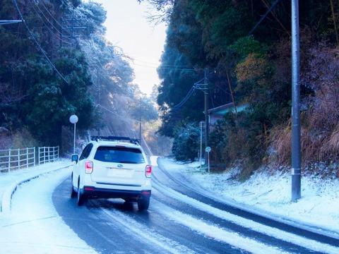 雪道をノーマルタイヤで走ってきた