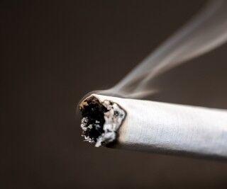 タバコを習慣的に吸っている