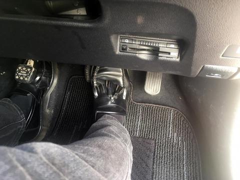 右足だけでアクセルとブレーキを操作する