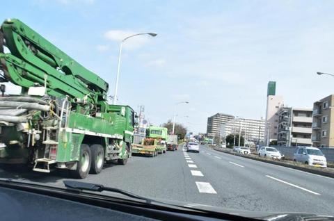 高速道路出口出た後の合流で止まってるトラックなんなの?
