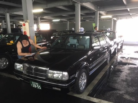 ワイ免停タクシードライバー、今日も元気に社内で洗車屋をするwwwww