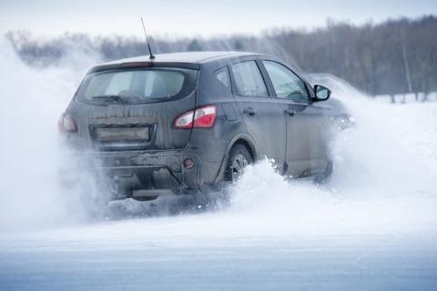 雪道をノーマルタイヤの車で走る