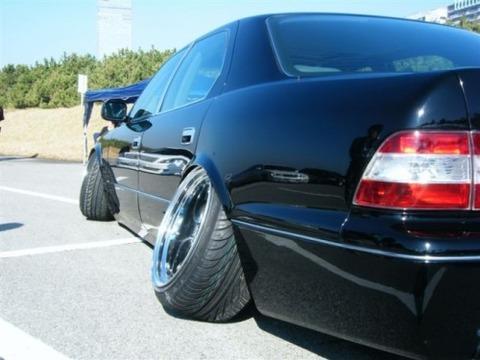 タイヤがハの字型