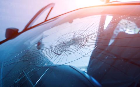 飛び石で車のフロントガラスにヒビ