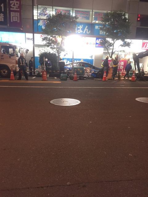 【悲報】オタクさん、うっかり工事予定の道路に痛車を停めてしまい完全封鎖されてしまうw