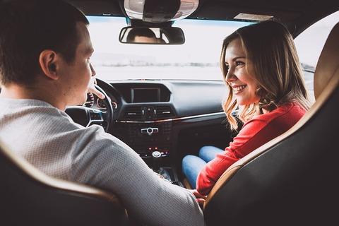 車の中で二人で四六時中話せる