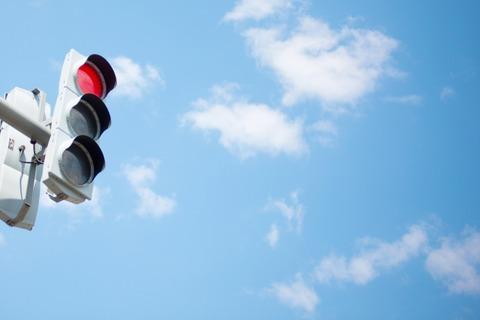 MTオレ「おっ信号赤や!シフトダウンするで~3速、2速、1速、エンジンブレーキだけで停車成功や」
