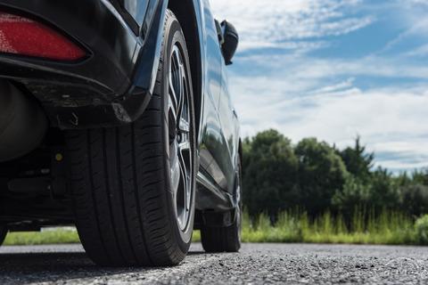 FFの車の後輪に良いタイヤ履いてる