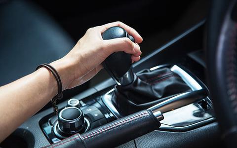 マニュアル車という片手運転を強要する危険な乗り物wwww