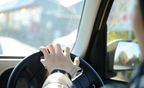 両手で運転してる雑魚見ると笑ってまうんやがwwwww