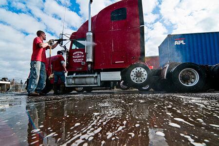 トラック洗車