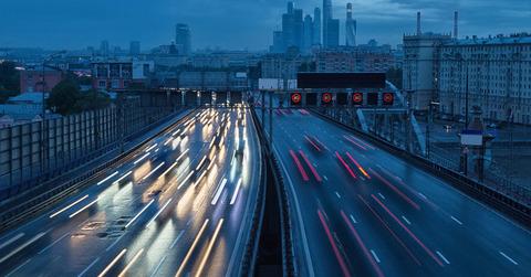 深夜に走る高速道路