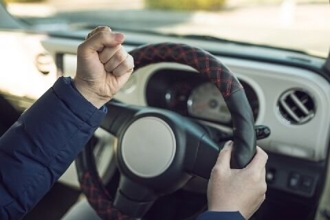 青信号でも前の車が進まないのでクラクションを鳴らす→違法wwwww
