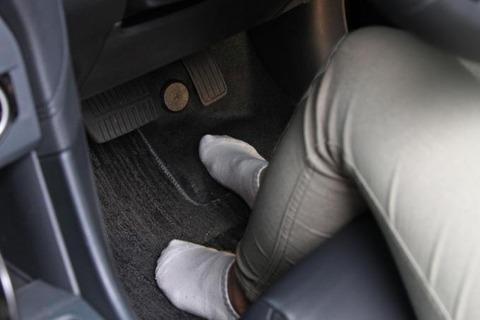 車運転してるとき左足どうしてる