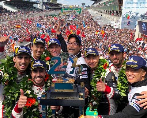 トヨタ、悲願のル・マン初優勝 中嶋一貴がトップチェッカーを受ける