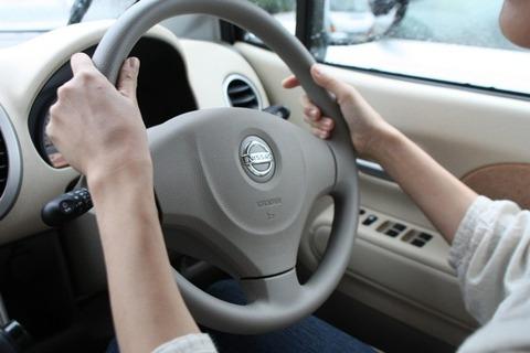 車運転する時に両手を10時10分