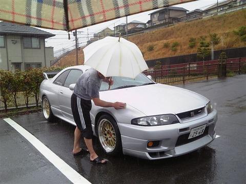 雨の中洗車