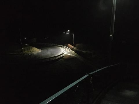 夜中に車道歩いてる